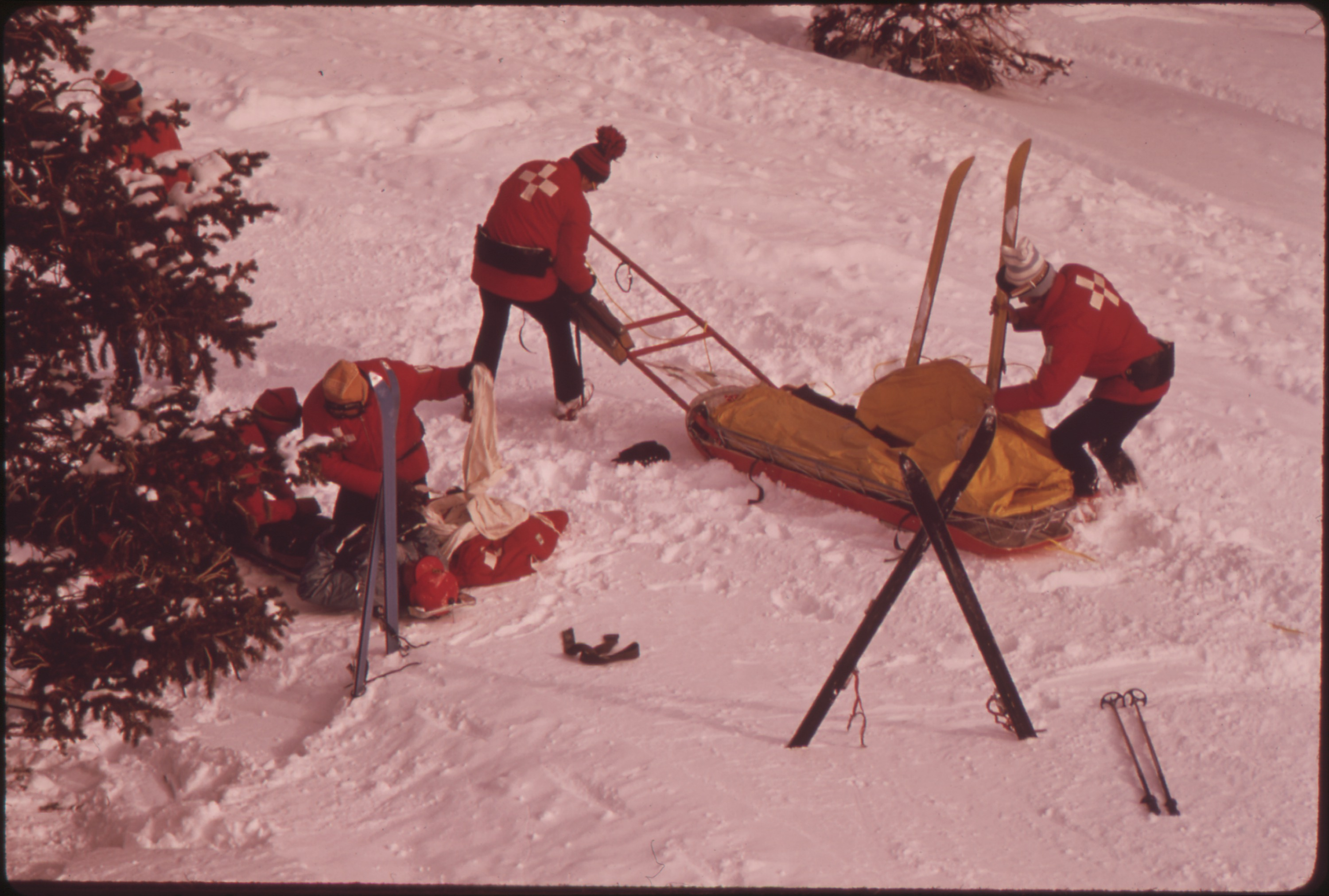 SKI_PATROL_ATTENDS_AN_INJURED_SKIER._CROSSED_SKIS_INDICATE_AN_INJURY_-_NARA_-_554256 (1)